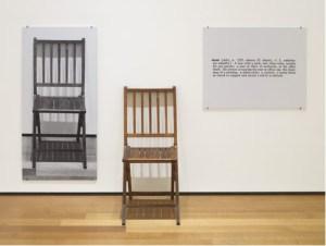 """One and three chairs. (Una y tres sillas), 1965,  Joseph Kosuth. Silla plegable de madera, foto de una silla, fotografía ampliada de la definición que ofrece el diccionario de la palabra """"chair"""", o silla.  MoMA, Museo de arte moderno de Nueva York."""